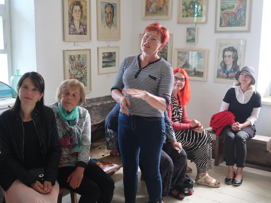Siima Škopi näituse avamisel Käsmu Meremuuseumis 20.06.2020, Tiina Laulik räägib Preediku talu SiimaŠkopi akvarellidest