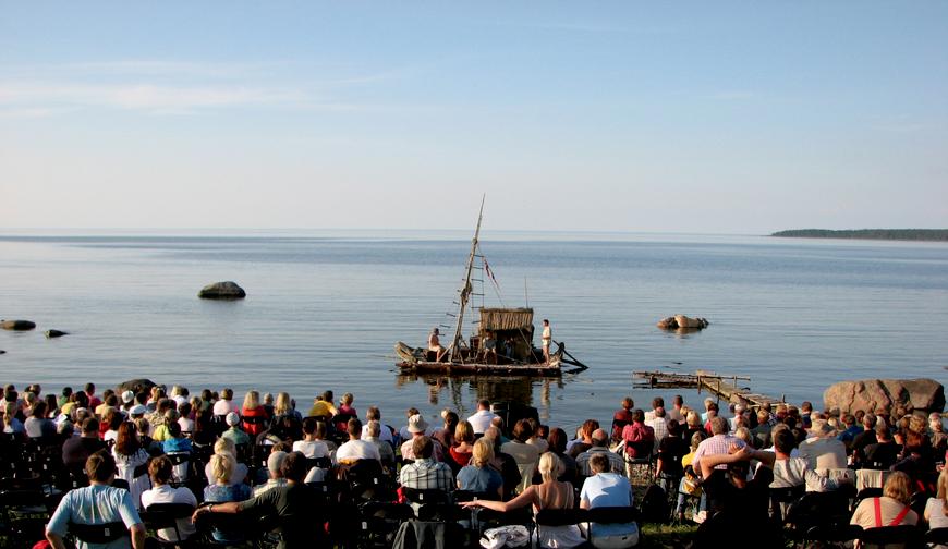 """2009. juulis Toomas Hussari vabaõhunäitemäng """"Kon-Tiki"""" Käsmu Meremuuseumi rannas"""