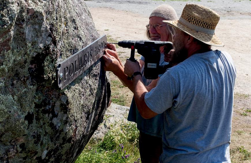 Aarne Vaik ja Aivar Simson koos kivile mälestustahvleid kinnitamas