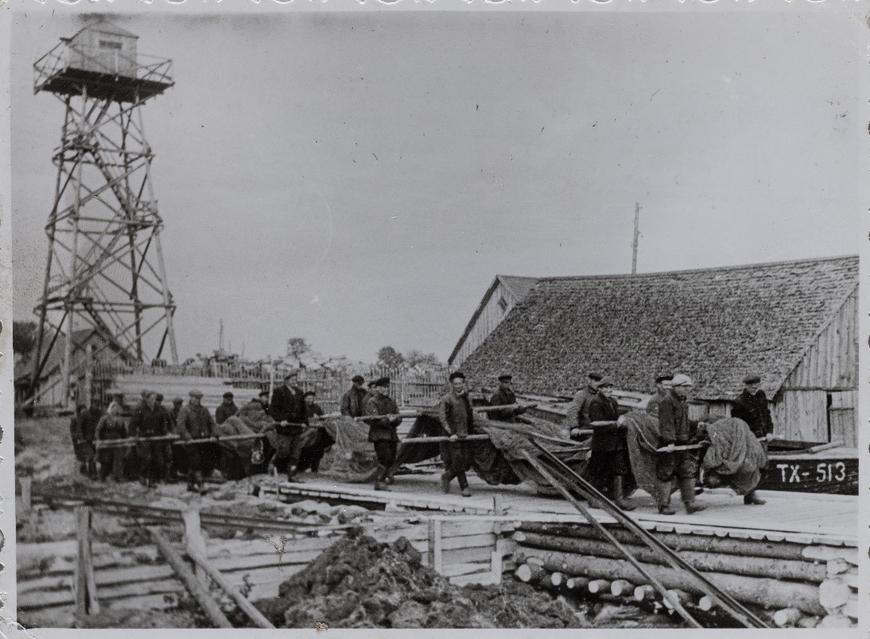 """""""Kolga-Aabla kalurid noodaga 1960ndate algul. Vasakul okupantide armee piirivalve puidust valvetorn"""" Eino Sandström kirjeldus enda kogust pärinevale fotole"""