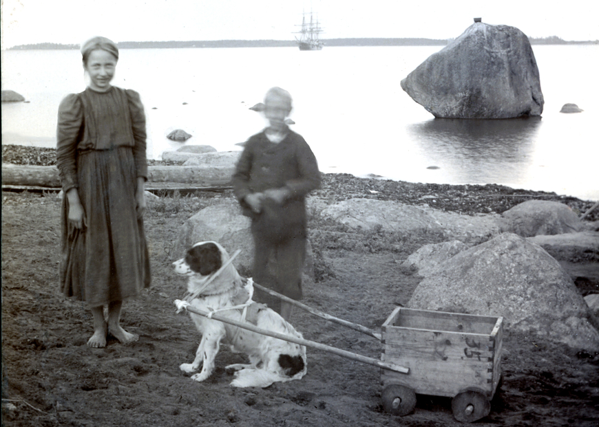 Lapsed Käsmu rannas, taamal Lemeti kivi 1898