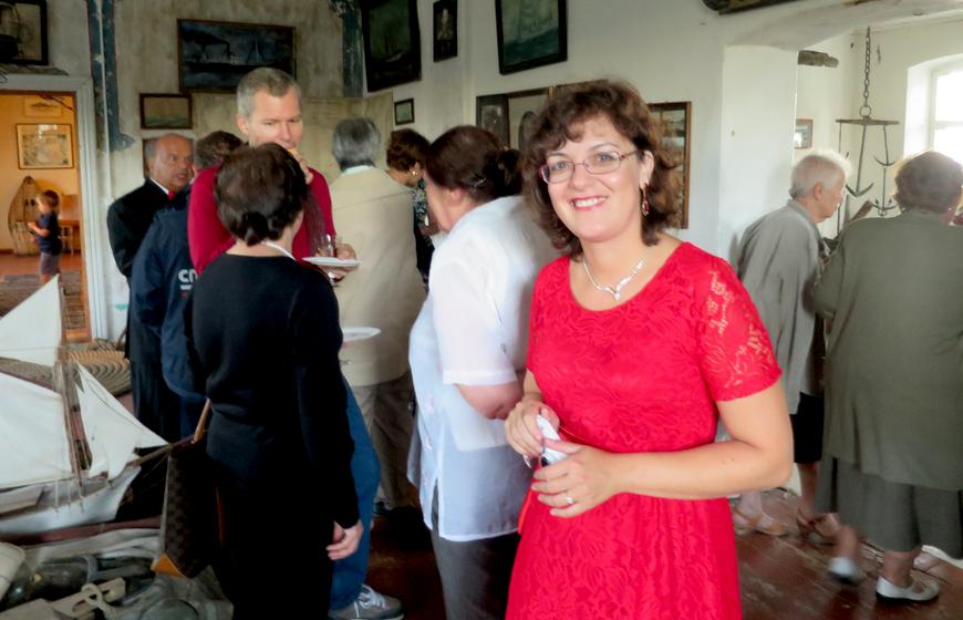 Näituse avamismeeleolu, esiplaanil Margarita Felitsiant, 14.08.2015