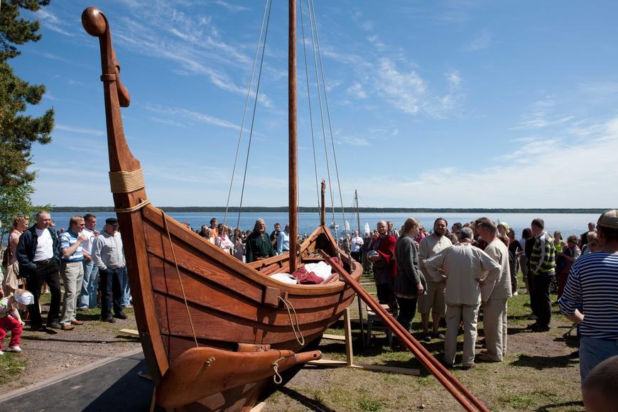 """Viikingilaev """"Aimar"""" veeskamine 6. juunil, 2010. Allikas: Aarne Vaigu erakogu, foto: Toomas Tuul."""