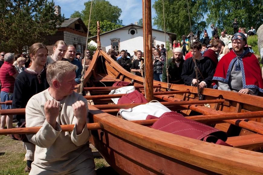 """Viikingilaev """"Aimar"""" veeskamine 6. juunil, 2010. Allikas: Aarne Vaigu erakogu, foto Toomas Tuul"""
