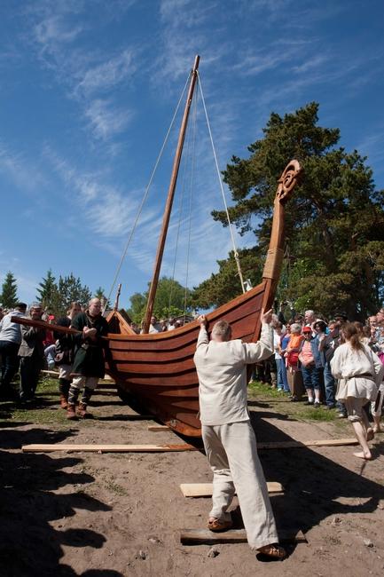 """Viikingilaev """"Aimar"""" veeskamine 6. juunil, 2010.  Allikas: Aarne Vaigu erakogu, foto: Toomas Tuul"""