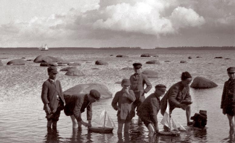 E. Russow, lapsed Lemeti kivi juures purjekatega Allikas: Aarne Vaigu erakogu