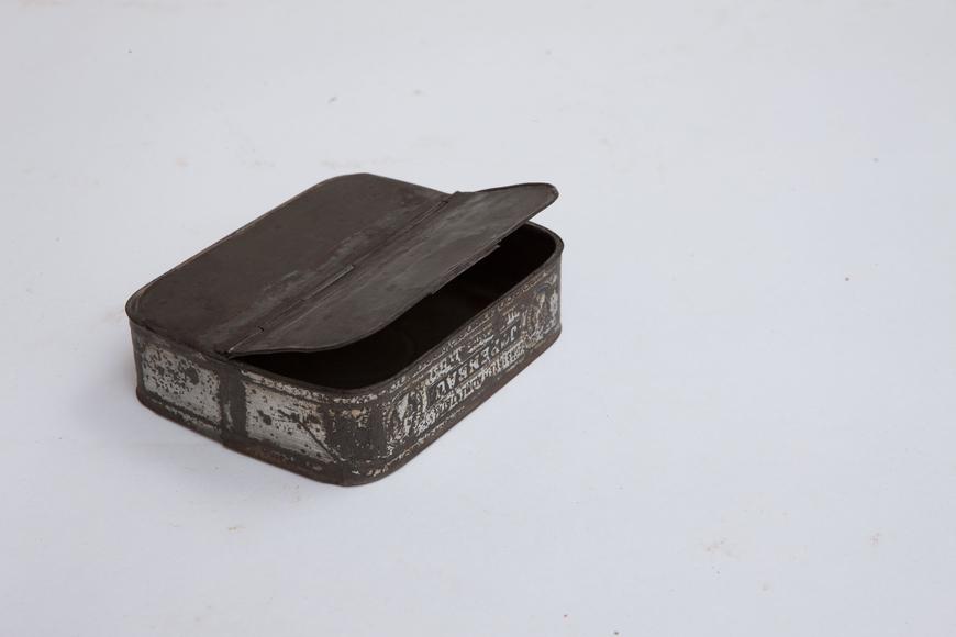 Konservikarbist tehtud hoiukarp, hingede ja sulguriga
