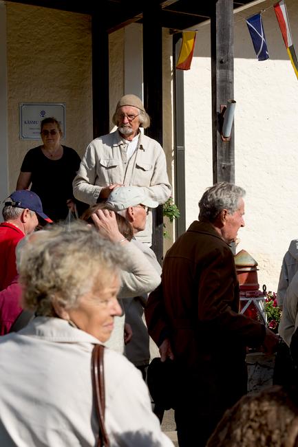 Aarne Vaik kinnitas mõlemale Käsmu merekooli majale mälestussildid kooli tegutsemisaastatega