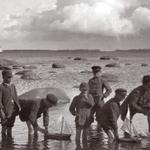 E. Russow, lapsed Lemeti kivi juures purjekatega